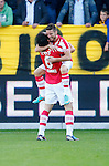 Nederland, Venlo, 30 september 2012.Eredivisie.Seizoen 2012-2013.VVV Venlo-PSV.Dries Mertens (r.) van PSV omhelst Mark van Bommel (l.) van PSV nadat hij de 0-2 heeft gescoord.