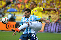 BARRANQUILLA - COLOMBIA- 17-11-2015: Frank Fabra (Der) jugador de Colombia disputa el balón con Ezequiel Lavezzi (Izq) jugador de Argentina, durante partido de la fecha 4 válido por la clasificación a la Copa Mundo FIFA 2018 Rusia jugado en el estadio Metropolitano Roberto Melendez en Barranquilla. /  Frank Fabra (R) player of Colombia vies the ball with Ezequiel Lavezzi (L) player of Argentina during match for the date 4 valid for the 2018 FIFA World Cup Russia Qualifier played at Metropolitan stadium Roberto Melendez in Barranquilla. Photo: VizzorImage / Alfonso Cervantes / Cont.