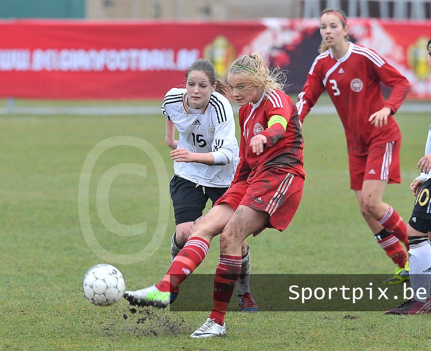 Denmark U17 - Germany U17 : 11 Stine Larsen (C) aan de bal voor  15 Elisabeth Mayr (links).foto Joke Vuylsteke / Vrouwenteam.be