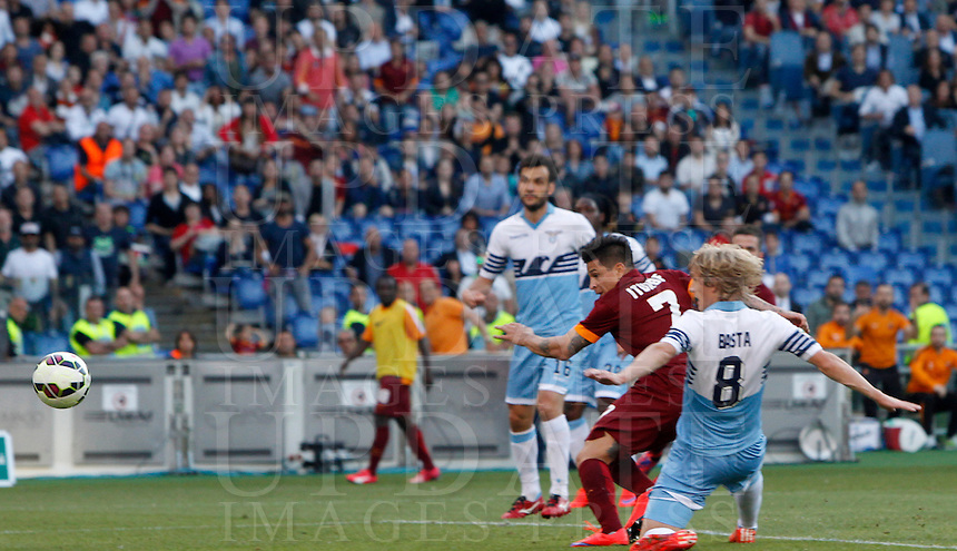 Calcio, Serie A: Lazio vs Roma. Roma, stadio Olimpico, 25 maggio 2015.<br /> Roma&rsquo;s Juan Iturbe, center, scores during the Italian Serie A football match between Lazio and Roma at Rome's Olympic stadium, 25 May 2015.<br /> UPDATE IMAGES PRESS/Riccardo De Luca