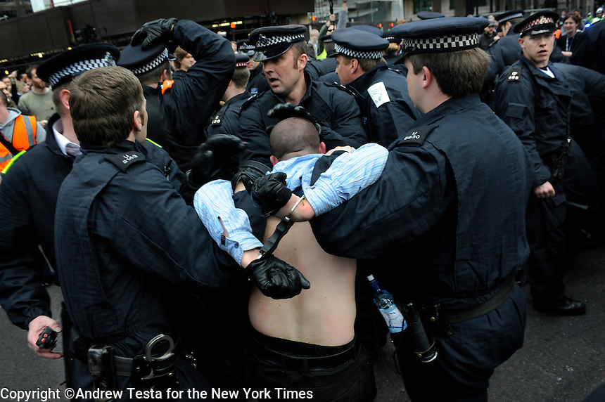 UK. London. 1st April 2009.. police arrest activists at the climate camp..©Andrew Testa for the New York times