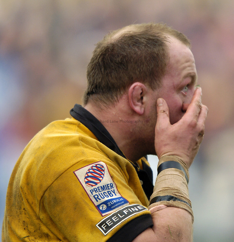 Photo: Richard Lane..Bath Rugby v London Wasps. Zurich Premiership..07/02/2004..Will Green puts in a contact lens.