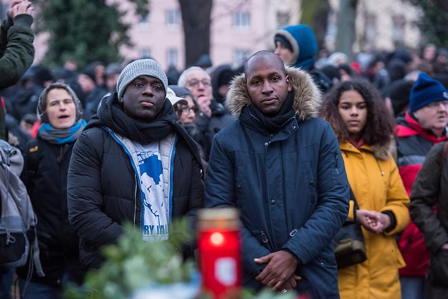 Demonstration am Sonntag den 7. Januar 2018 in Dessau anlaesslich des 13. Todestages des Sierra Leoners Oury Jalloh, der am 7. Januar 2005 unter bislang nicht geklaerten Umstaenden in einer Gewahrsamszelle in der Polizeiwache Wolfgangstrasse, bei lebendigem Leib verbrannte. Der damals wachhabende Dienstgruppenleiter wurde 2012 wegen fahrlaessiger Toetung verurteilt.<br /> Im November 2017 wurde bekannt, dass die Staatsanwaltschaft Dessau-Rosslau davon ausgeht, dass eine Selbstentzuendung durch den gefesselten Oury Jalloh unwahrscheinlich sei und stattdessen den Einsatz von Brandbeschleuniger und die Beteiligung Dritter fuer wahrscheinlich haelt. Der Staatsanwaltschaft wurde jedoch das Verfahren entzogen und an die Staatsanwaltschaft Halle uebergeben die im Oktober 2017 das Verfahren einstellte.<br /> An der Demonstration beteiligten sich ca. 3.500 Menschen.<br /> Im Bild: Demonstrationsteilnehmer an der Gedenkstaette fuer den am 11. Juni 2000 von Rechtsextremen ermordeten Vertragsarbeiter Alberto Adriano. Vlnr. im Bild: Moktar Bah, ein Freund von Oury Jalloh und Saliou Diallo, Bruder von Oury Jalloh.<br /> 7.1.2018, Dessau<br /> Copyright: Christian-Ditsch.de<br /> [Inhaltsveraendernde Manipulation des Fotos nur nach ausdruecklicher Genehmigung des Fotografen. Vereinbarungen ueber Abtretung von Persoenlichkeitsrechten/Model Release der abgebildeten Person/Personen liegen nicht vor. NO MODEL RELEASE! Nur fuer Redaktionelle Zwecke. Don't publish without copyright Christian-Ditsch.de, Veroeffentlichung nur mit Fotografennennung, sowie gegen Honorar, MwSt. und Beleg. Konto: I N G - D i B a, IBAN DE58500105175400192269, BIC INGDDEFFXXX, Kontakt: post@christian-ditsch.de<br /> Bei der Bearbeitung der Dateiinformationen darf die Urheberkennzeichnung in den EXIF- und  IPTC-Daten nicht entfernt werden, diese sind in digitalen Medien nach &sect;95c UrhG rechtlich geschuetzt. Der Urhebervermerk wird gemaess &sect;13 UrhG verlangt.]