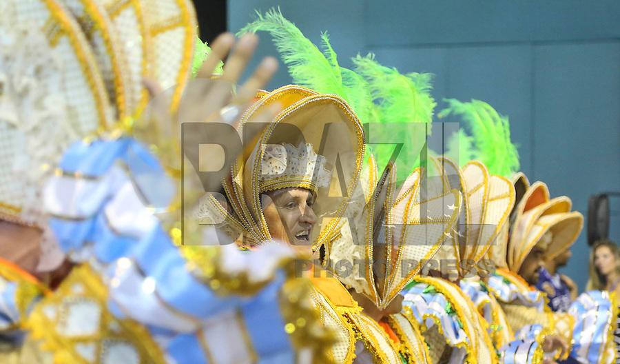 RIO DE JANEIRO, RJ, 11 FEVEREIRO 2013 - CARNAVAL RJ - PORTELA - Integrantes da escola de samba Portela durante desfile no primeiro dia do Grupo Especial no Sambódromo Sapucai na capital fluminense, na madrugada desta segunda 11. (FOTO: VANESSA CARVALHO - BRAZIL PHOTO PRESS).