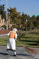 Stra&szlig;enfegerin in Taschkent, Usbekistan, Asien<br /> road sweeper, Tashkent, Uzbekistan, Asia