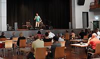 Gross-Gerau 01.08.2020: Konzert Andreas Kümmert <br /> Begrüßung Walter Seeger (Kulturcafe). Andreas Kümmert tritt wegen des unbeständigen Wetters in der Stadthalle Groß-Gerau auf, wo die Besucher im vorgeschrieben Abstand sitzen müssen<br /> Foto: Vollformat/Marc Schüler, Schäfergasse 5, 65428 R'heim, Fon 0151/11654988, Bankverbindung KSKGG BLZ. 50852553 , KTO. 16003352. Alle Honorare zzgl. 7% MwSt.
