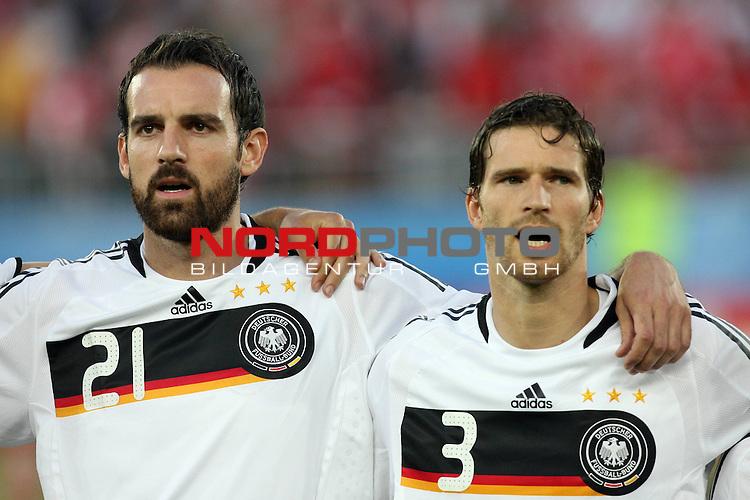 UEFA Euro 2008 Group B Match 20 Wien - Ernst-Happel-Stadion. &Ouml;sterreich ( AUT ) - Deutschland ( GER ) 0:1 (0:0). <br /> Christoph Metzelder ( Germany / Verteidiger / Defender / Real Madrid #21 ) und Arne Friedrich ( Germany / Verteidiger / Defender / Hertha #03 ) (l-r) vor Spielbeginn bei der Nationalhymne.<br /> Foto &copy; nph (  nordphoto  )