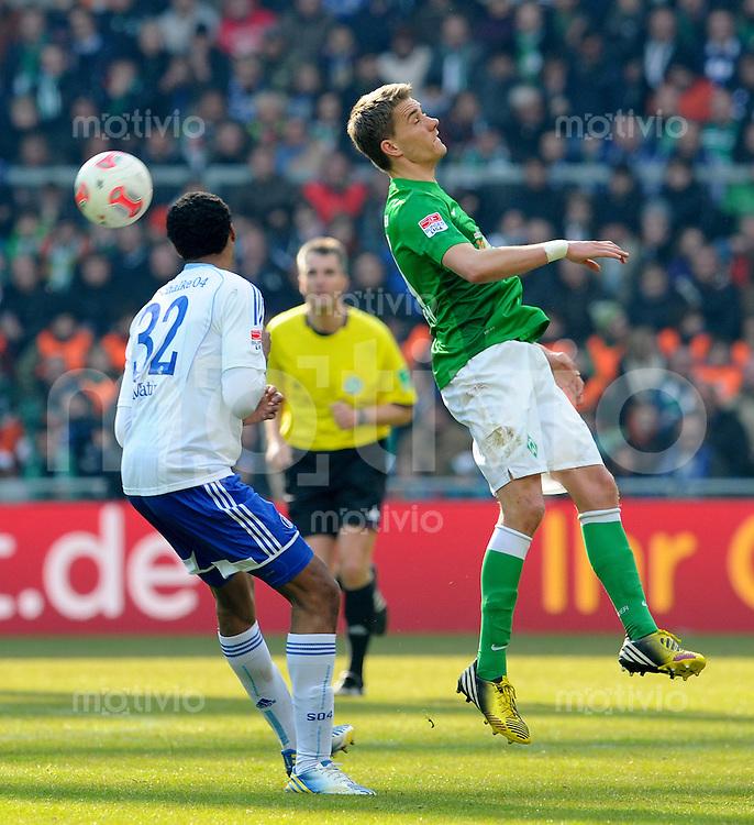 FUSSBALL   1. BUNDESLIGA   SAISON 2012/2013    28. SPIELTAG SV Werder Bremen - FC Schalke 04                          06.04.2013 Joel Matip (li, FC Schalke 04)  gegen Nils Petersen (re, SV Werder Bremen)