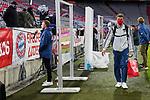 23.05.2020, Allianz Arena, München, GER, 1.FBL, FC Bayern München vs Eintracht Frankfurt 23.05.2020 , <br /><br />Nur für journalistische Zwecke!<br /><br />Gemäß den Vorgaben der DFL Deutsche Fußball Liga ist es untersagt, in dem Stadion und/oder vom Spiel angefertigte Fotoaufnahmen in Form von Sequenzbildern und/oder videoähnlichen Fotostrecken zu verwerten bzw. verwerten zu lassen. <br /><br />Only for editorial use! <br /><br />DFL regulations prohibit any use of photographs as image sequences and/or quasi-video..<br />im Bild<br />Trainer Hans Flick (München) im Interview, Thomas Müller (München) <br /> Foto: Peter Schatz/Pool/Bratic/nordphoto