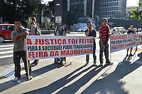 SAO PAULO, SP, 13 DE MAIO DE 2013 - AGRADECIMENTO FEIRA DA MADRUGADA - Comerciantes da popular Feirinha da Madrugada exibem cartazes, ao predio do Tribunal Regional Federal, na Avenida Paulista, em  agradecimento a decisão judicial de manter a feira aberta, na tarde desta segunda feira, 13.  (FOTO: ALEXANDRE MOREIRA / BRAZIL PHOTO PRESS)