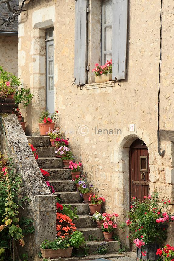 France, Vienne (86), Angles-sur-l'Anglin,  labellisé Plus Beau Village de France, escalier fleuri dans le village // France, Vienne, Angles-sur-l'Anglin, flowered escalator
