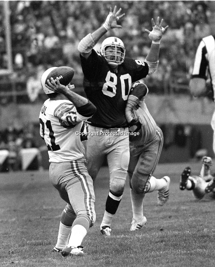 Raiders Art Thoms puts rush on San Diego QB John Hadl. (1972 photo/Ron Riesterer)
