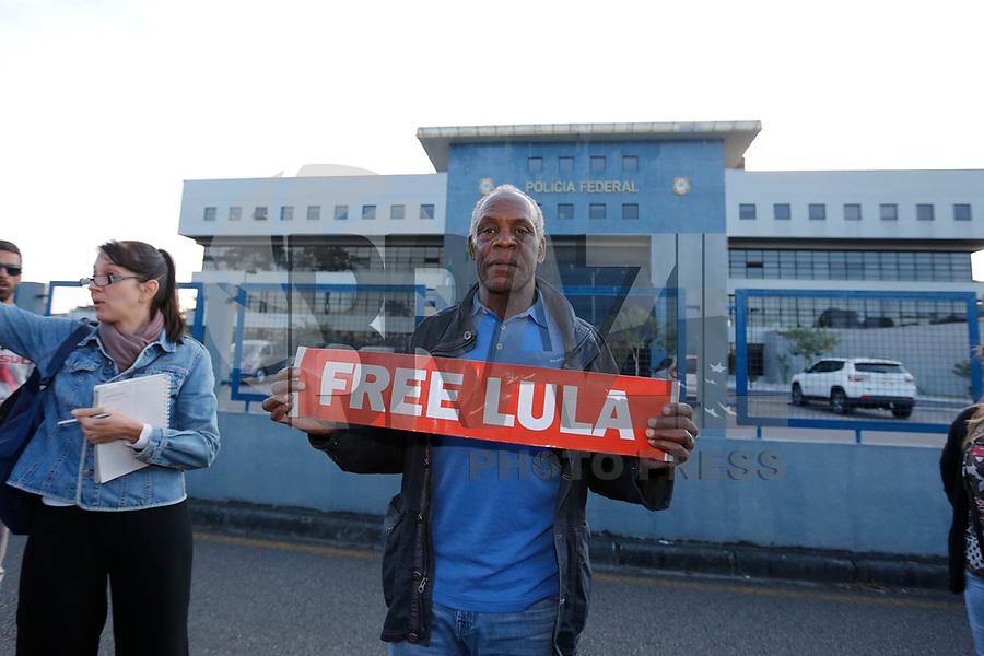 CURITIBA, PR, 31.05.2018 – LULA-PR – O ator americano Danny Glover deixa à sede da Policia Federal em Curitiba (PR) após visitarem o ex-presidente Lula na tarde de quinta-feira (31). (Foto: Paulo Lisboa / Brazil Photo Press)