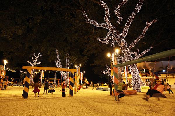 (((SERIE GRÁFICA 6 DE 8))) STO10. SANTO DOMINGO (REPÚBLICA DOMINICANA), 20/12/2011.- Un grupo de niños juega en un parque adornado con luces de Navidad este, lunes 19 de diciembre de 2011, en la playa Güibia en Santo Domingo (República Dominicana). EFE/ORLANDO BARRÍA.