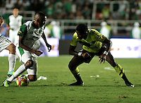 CALI- COLOMBIA -11 -12-2013: John Viafara (Izq), jugador de Deportivo Cali disputa el balón con Wilder Guisao (Der.) jugador del Atletico Nacional en durante del partido de ida por la final de la Liga Postobon II-2013, jugado en el estadio Pascual Guerrero de la ciudad de Cali. / John Viafara (L), player of Deportivo Cali vies for the balla with Wilder Guisao (R) player of Atletico Nacional during a match for finals of the Postobon Leaguje II-2013 at the Pascual Guerrero Stadium in Cali city, Photo: VizzorImage  / Luis Ramirez / Staff.