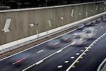 UTRECHT - Op de muur tussen de vernieuwde hoofdbaan en de parallelbaan van de snelweg A2 die per 1 december onder het door bouwcombinatie Trajectum Novum gebouwde Marinus van Tyrusviaduct onderdoor gaat, zijn betonnen vliegende vogels ter decoratie aangebracht. Het V-vormige viaduct dat in opdracht door Rijkswaterstaat in samenwerking met de gemeente Utrecht is gebouwd, gaat het nieuwe bedrijventerrein Strijkviertel en het nog te ontwikkelen woongebied Rijnvliet aan de westzijde, verbinden met het bestaande huidige bedrijvenpark Papendorp ten oosten van de snelweg. Terwijl (vracht)auto's en bussen al gebruik maken van de zuidelijke arm van het viaduct moet de noordelijke tak voor fietsers en voetgangers nog afgebouwd worden.