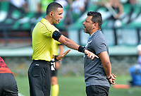 MEDELLIN - COLOMBIA, 05-05-2019: Gerardo Bedoya técnico de Santa Fe discute con uo de los jueces durante partido entre Atlético Nacional e Independiente Santa Fe por la fecha 20 de la Liga Águila I 2019 jugado en el estadio Atanasio Girardot de la ciudad de Medellín. / Gerardo Bedoya coach of Santa Fe discuss with one of the referees during match between Atletico Nacional and Independiente Santa Fe for the date 20 of the Liga Aguila I 2019 played at the Atanasio Girardot Stadium in Medellin city. Photo: VizzorImage / Leon Monsalve / Cont