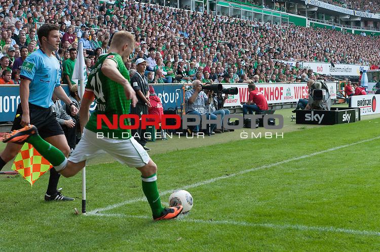 17.08.2013, Weser Stadion, Bremen, GER, 1.FBL, Werder Bremen vs FC Augsburg, im Bild<br /> <br /> Ecke Aaron Hunt (Bremen #14)<br /> <br /> Foto &copy; nph / Kokenge
