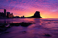 Spain, Costa Blanca, Calp: Colourful sunrise behind the Penon de Ifach nature reserve | Spanien, Costa Blanca, Calp: beliebter Urlaubsort mit dem Penyal d'Ifac, Sonnenaufgang