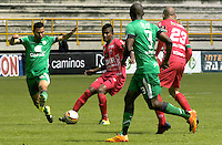 TUNJA -COLOMBIA, 19-09-2015. Raul Loaiza (C) jugador de Patriotas FC disputa el balón con Mauricio Restrepo (Izq) jugador de La Equidad durante partido por la fecha 13 de la Liga Postobón II 2014 realizado en el estadio La Independencia en Tunja./ Raul Loaiza (C) player of Patriotas FC fights for the ball with Mauricio Restrepo (L) player of La Equidad during match for the 13th date of Postobon League II 2014 at La Independencia stadium in Tunja. Photo: VizzorImage/César Melgarejo/STR