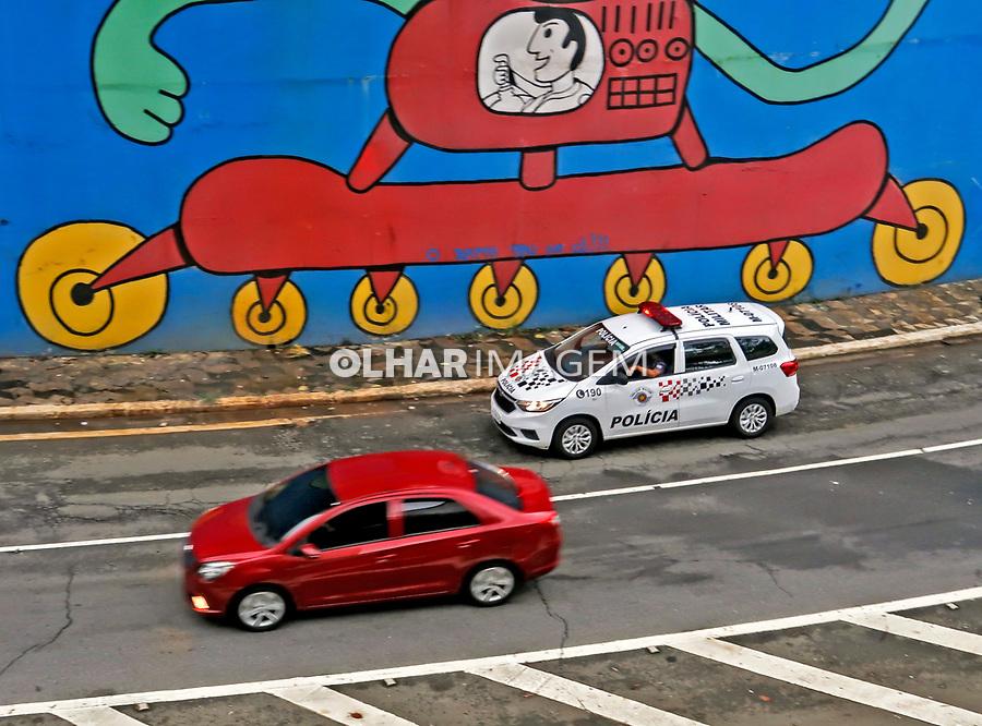 Viatura de Policia no tunel da Avenida Paulista. São Paulo. 2020. Foto de Juca Martins.