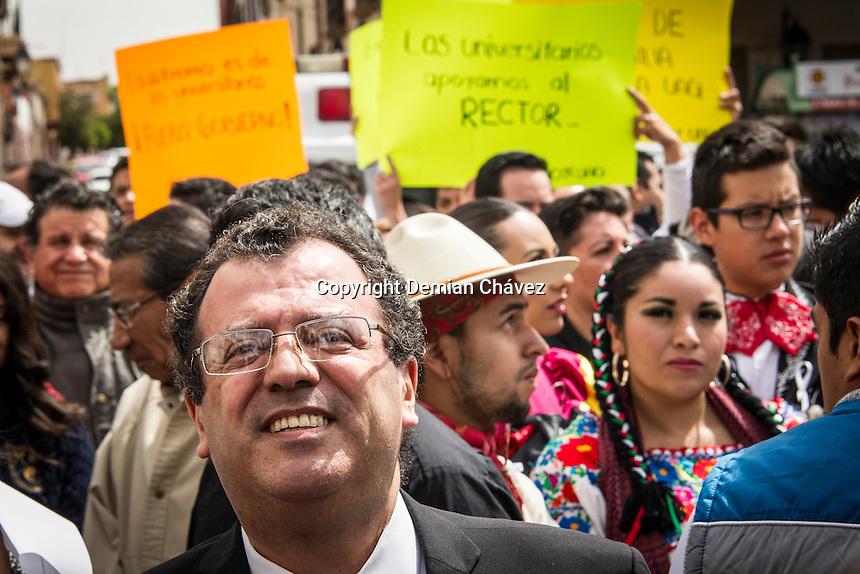 Quer&eacute;taro, Qro. 21 de marzo de 2016.- M&aacute;s de 2500 universitarios, entre estudiantes, docentes, personal administrativo no sindicalizado, padres de familia, jubilados y pensionados docentes se dieron cita para la concentraci&oacute;n a la que convoc&oacute; el rector de la UAQ (Universidad Aut&oacute;noma de Quer&eacute;taro), Gilberto Herrera Ruiz, luego que en pasados d&iacute;as denunciara intromisi&oacute;n de gobierno del estado en diversos asuntos universitarios como querer introducir grupos de choque, as&iacute; como operaci&oacute;n pol&iacute;tica en el sindicato que mantiene la huelga y que lleva ya desde el d&iacute;a 4 de marzo. <br /> <br /> La concentraci&oacute;n en la plaza p&uacute;blica ten&iacute;a por objeto entablar un di&aacute;logo con el gobernador Francisco Dom&iacute;nguez, pero al no asistir este &uacute;ltimo, el rector lo invit&oacute; p&uacute;blicamente a asistir a un Consejo Universitario Extraordinario el pr&oacute;ximo 7 de abril. <br /> <br /> <br /> Foto: Demian Ch&aacute;vez