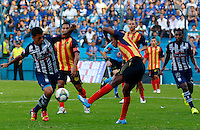 GUAYAQUIL- ECUADOR - 26-08-2014: Luis Escalada (Izq.) jugador de Emelec de Ecuador de disputan el balon con Hayner Mosquera (Der.) jugador de Las Aguilas de Colombia durante partido de vuelta de la primera fase, de la Copa Total Suramericana Emelec de Ecuador, Aguilas Doradas de Colombia en el George Capwell,, de la ciudad de Guayaquil. / Luis Escalada (L) player of Emelec of Ecuador vies for the ball with Hayner Mosquera (R) player of Las Aguilas of Colombia during a match for the second leg of the first phase, between Emelec of Ecuador and Aguilas Doradas of Colombia of the Copa Total Suramericana in the George Capwell stadium, in Guayaquil city. Photo: API / Photogamma / VizzorImage.