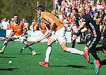 BLOEMENDAAL   - Hockey -  2e wedstrijd halve finale Play Offs heren. Bloemendaal-Amsterdam (2-2) . A'dam wint shoot outs. Xavi Lleonart Blanco (Bldaal) met rechts Justin Reid-Ross.  COPYRIGHT KOEN SUYK