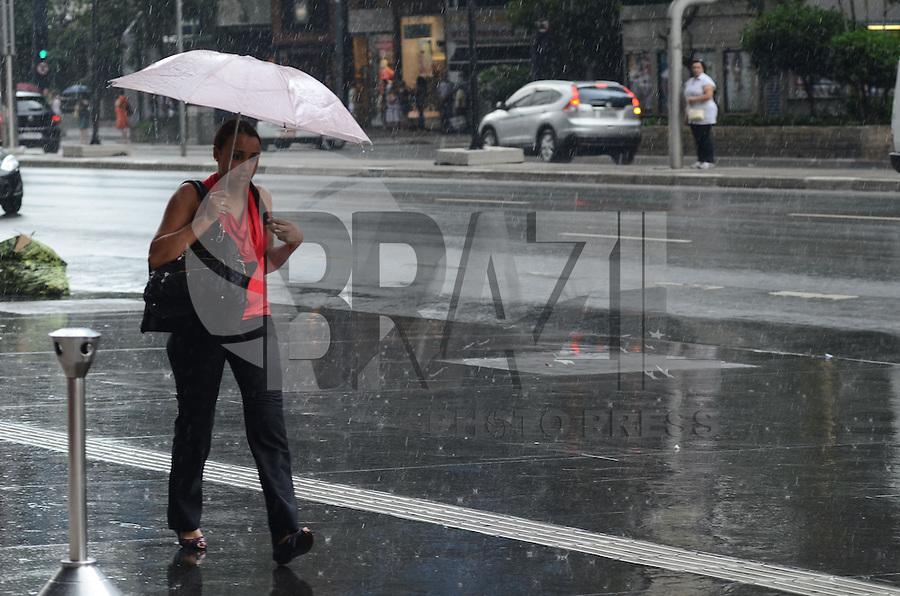 SAO PAULO, SP, 05 DE DEZEMBRO DE 2012 - CLIMA TEMPO CAPITAL PAULISTA - Pancada de chuva atinge a capital, na  Avenida Paulista, regiao central da capital, na tarde desta quarta feira, 05. FOTO: ALEXANDRE MOREIRA - BRAZIL PHOTO PRESS.