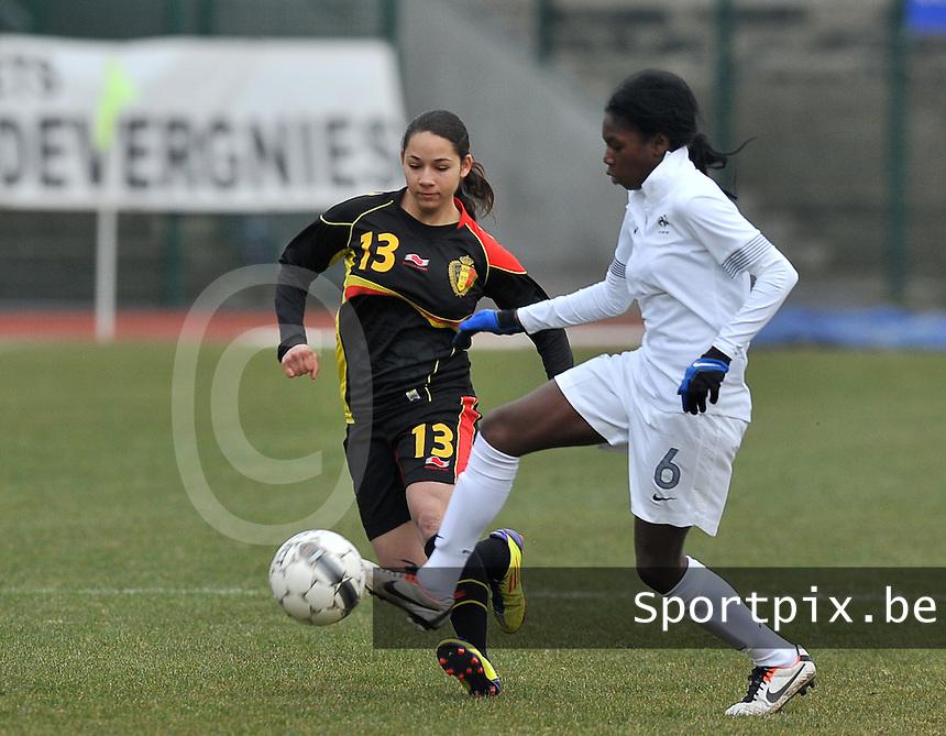 France U19 - Belgium U19 : Aminata Diallo aan de bal voor Lola Wajnblum (links).foto DAVID CATRY / Nikonpro.be