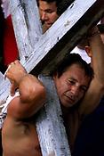 Pagadores de promessa louvam a imagem de N. Sra de Nazar&eacute; carregando objetos durante a prociss&atilde;oagradecendo pelas gra&ccedil;as alcan&ccedil;adas. A romaria com cerca de 1.500.000 de pessoas &eacute; considerada uma das maiores prociss&otilde;es religiosas do planeta.<br />Bel&eacute;m-Par&aacute;-Brasil<br />12/10/2003<br />&copy;Foto Paulo Santos/Interfoto<br />Digital