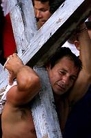 Pagadores de promessa louvam a imagem de N. Sra de Nazaré carregando objetos durante a procissãoagradecendo pelas graças alcançadas. A romaria com cerca de 1.500.000 de pessoas é considerada uma das maiores procissões religiosas do planeta.<br />Belém-Pará-Brasil<br />12/10/2003<br />©Foto Paulo Santos/Interfoto<br />Digital