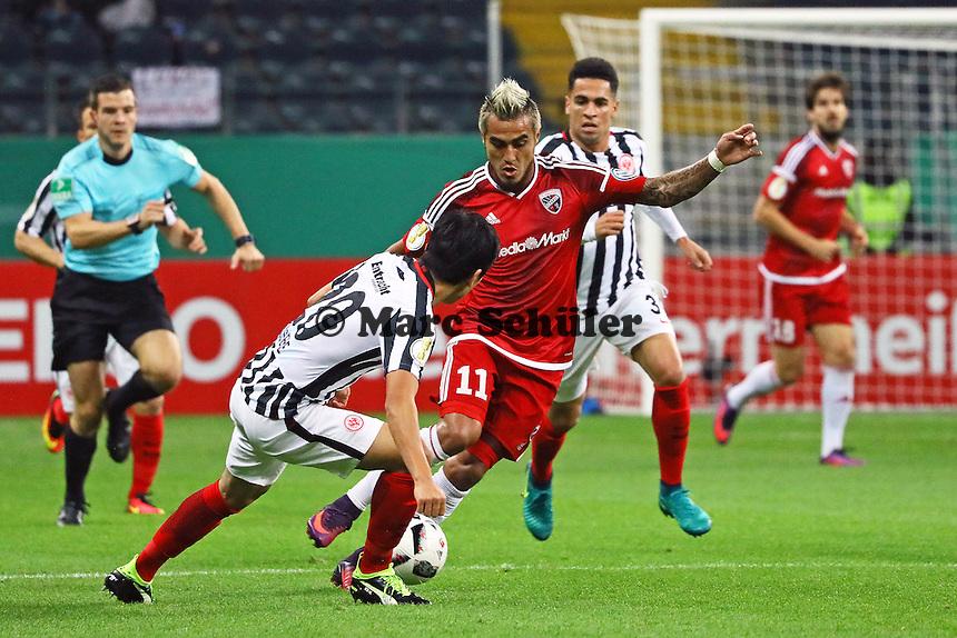 Makoto Hasebe (Eintracht Frankfurt) gegen Dario Lezcano (FC Ingolstadt 04) - 25.10.2016: Eintracht Frankfurt vs. FC Ingolstadt 04, 2. Hauptrunde DFB-Pokal, Commerzbank Arena