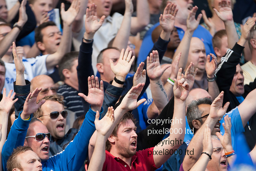 London, UK. Chelsea fans salute their players as they emerge onto the field ahead of Barclays Premier League fixture Chelsea versus Tottenham Hotspur at Stamford Bridge 24 Mar.  Byline David Fearn Pixel 8000 Ltd