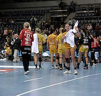 Handball 1. Bundesliga Frauen / Damen - DHB - Punktspiel - HC Leipzig (HCL) : Thüringer HC (THC) - Arena Leipzig - im Bild:    Abgang der HCL Damen vom Feld - Karolina Kudlacz (#14, vorn) wirft jedoch nicht das Handtuch.   Foto: Norman Rembarz..Norman Rembarz , Autorennummer 41043728 , Augustenstr. 2, 04317 Leipzig, Tel.: 01794887569, Hypovereinsbank: BLZ: 86020086, KN: 357889472, St.Nr.: 231/261/06432 - Jegliche kommerzielle Nutzung ist honorar- und mehrwertsteuerpflichtig! Persönlichkeitsrechte sind zu wahren. Es wird keine Haftung übernommen bei Verletzung von Rechten Dritter. Autoren-Nennung gem. §13 UrhGes. wird verlangt. Weitergabe an Dritte nur nach  vorheriger Absprache. Online Nutzung ist separat kostenpflichtig !.