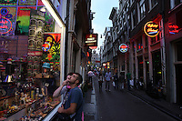 People at Red Light District in Amsterdam,Netherlands - Photo by Paulo Amorim
