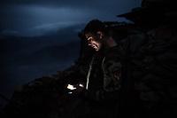 A soldier  member of the commando team is checking is phone while he's not on his shift, Kunar, Afghanistan, 15th November 2017. <br /> <br /> Un soldat de l'équipe de commando regarde son téléphone lorsqu'il n'est pas dans ses heures de shift, Kunar, Afghanistan, 15 novembre 2017.