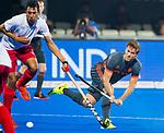 BHUBANESWAR (INDIA) - Jeroen Hertzberger (Ned) met Balraj Panesar (Can)  tijdens Nederland-Canada bij het WK Hockey heren. COPYRIGHT KOEN SUYK