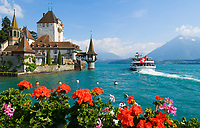 CHE, Schweiz, Kanton Bern, Berner Oberland, Oberhofen am Thunersee: Ausflugsschiff und Schloss Oberhofen | CHE, Switzerland, Bern Canton, Bernese Oberland, Oberhofen at Lake Thun: excursion ship and castle Oberhofen