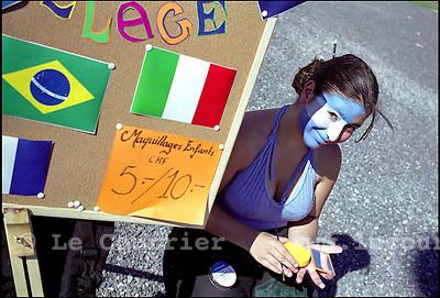 Genève, le 11.06.2006.Séance de maquillage à la plaine de plainpalais..© J.-P. Di Silvestro / Le Courrier