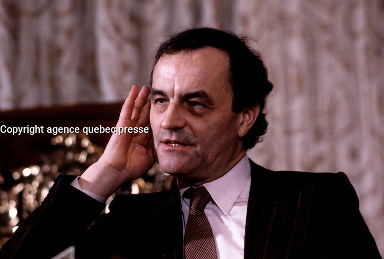 Charles Dutoit listen to a question in a news conference<br /> in 1986<br />  (exact date unknown)