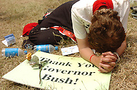 Pinellas, Pinellas Park, Fl. 3/31/2005--SCHIAVO 01-- Mary K. Porta of St. Petersburg prays Thursday afternoon, March 31, 2005, outside the Woodside Hospice where Terri Schiavo died earlier in the day in Pinellas Park, Fla. PHOTOS 6 OF IMAGES STAFF MS