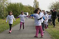 Viele Eltern und Klassenkameraden feuern an im Zieleinlauf beim Mainuferlauf im Rahmen des Main Fest