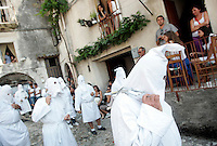 I Battenti durante la processione conclusiva dei Riti Settennali dedicati alla Vergine Assunta a Guardia Sanframondi, 22 agosto 2010..Hooden penitents (Battenti) take part in the procession closing the septennial rites in honour of the Virgin Assunta, in the village of Guardia Sanframondi, southern Italy, 22 august 2010..UPDATE IMAGES PRESS/Riccardo De Luca