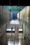 MARKNESSE - In Marknesse legt een medewerker van  WL | Delft Hydraulics de laatst hand aan de sensoren tijdens een golfttest van de Dutchdam. In opdracht van het Innovatietestcentrum van Rijkswaterstaat is de aluminium uitklapbare tijdelijke waterkering in de 230 meter lange Deltagoot aan golven blootgesteld om de weerstand in kaart te krijgen. Onder toeziend oog van de uitvinder, industrieel ontwerper Corne Rijlaarsdam werd later nog een flink pak hout tegen de wand aangeslingerd. ANP PHOTO COPYRIGHT TON BORSBOOM