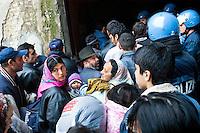 - Milano, Sgombero della casa occupata dai rom in via Adda..- Milan, Evacuation of the house of Adda Street occupied by Roma gypsies