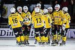 Stockholm 2013-12-30 Bandy Elitserien Hammarby IF - Broberg S&ouml;derhamn IF :  <br /> Brobergs Jesper &Ouml;hrlund har reducerat till 1-2 och gratuleras av lagkamrater<br /> (Foto: Kenta J&ouml;nsson) Nyckelord:  jubel gl&auml;dje lycka glad happy