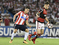 BARRANQUIILLA - COLOMBIA, 30-11-2017: Jorge Arias (Izq) del Atlético Junior de Colombia disputa el balón con Felipe Viezu (Der) jugador de Flamengo de Brasil durante partido de vuelta por la semifinal 2 de la Copa CONMEBOL Sudamericana 2017  jugado en el estadio Metropolitano Roberto Meléndez de la ciudad de Barranquilla. / Jorge Arias (L) player of Atlético Junior of Colombia struggles the ball with Felipe Viezu (R) player of Flamengo of Brazil during second leg match for the semifinal 2 of the Copa CONMEBOL Sudamericana 2017played at Metropolitano Roberto Melendez stadium in Barranquilla city.  Photo: VizzorImage / Gabriel Aponte / Staff