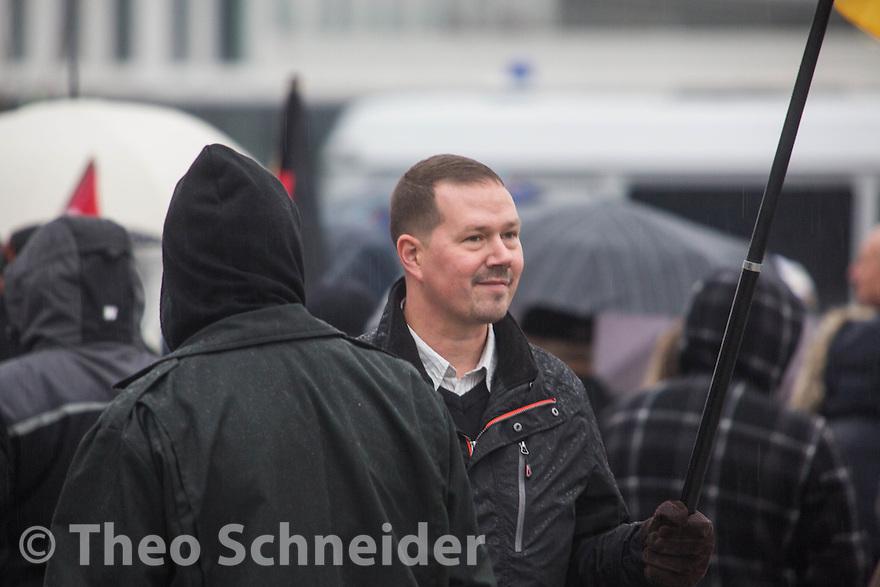 """Der stellvertretende Berliner NPD-Vorsitzender und Parteichef in Marzahn-Hellersdorf Andreas Käfer unter den Teilnehmern // Rechter Aufmarsch """"Merkel muss Weg!"""" und Gegenproteste in Berlin."""