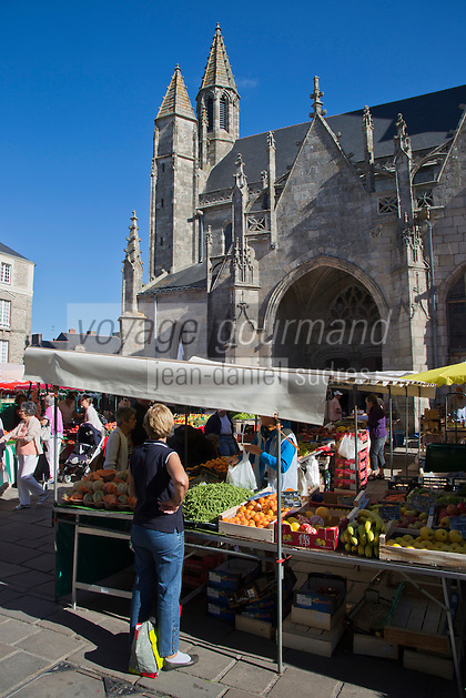 Europe/France/Pays de la Loire/44/Loire-Atlantique/Parc Naturel Régional de Brière/Guérande: Marché, place Saint-Aubin devant la Collégiale Saint-Aubin//  France, Loire Atlantique, Parc Naturel Regional de Briere (Regional Natural Park of Briere), Guerande, Market Place Saint Aubin to the church of Saint Aubin